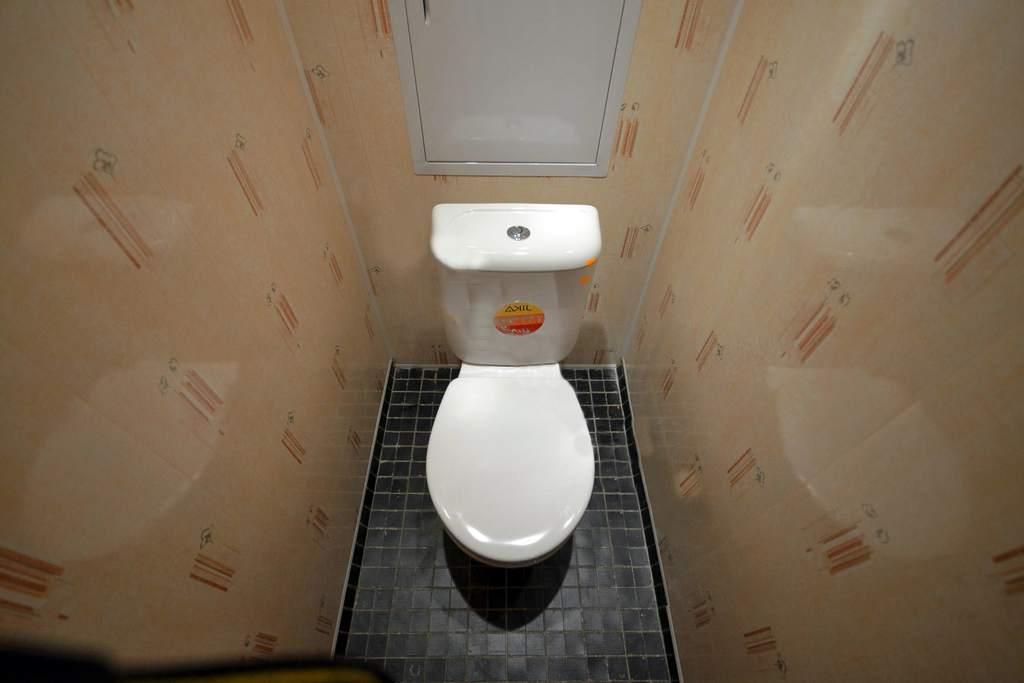 чем отделывают туалет фото