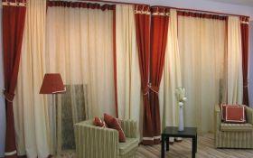 Оформление интерьера гостиной с помощью штор