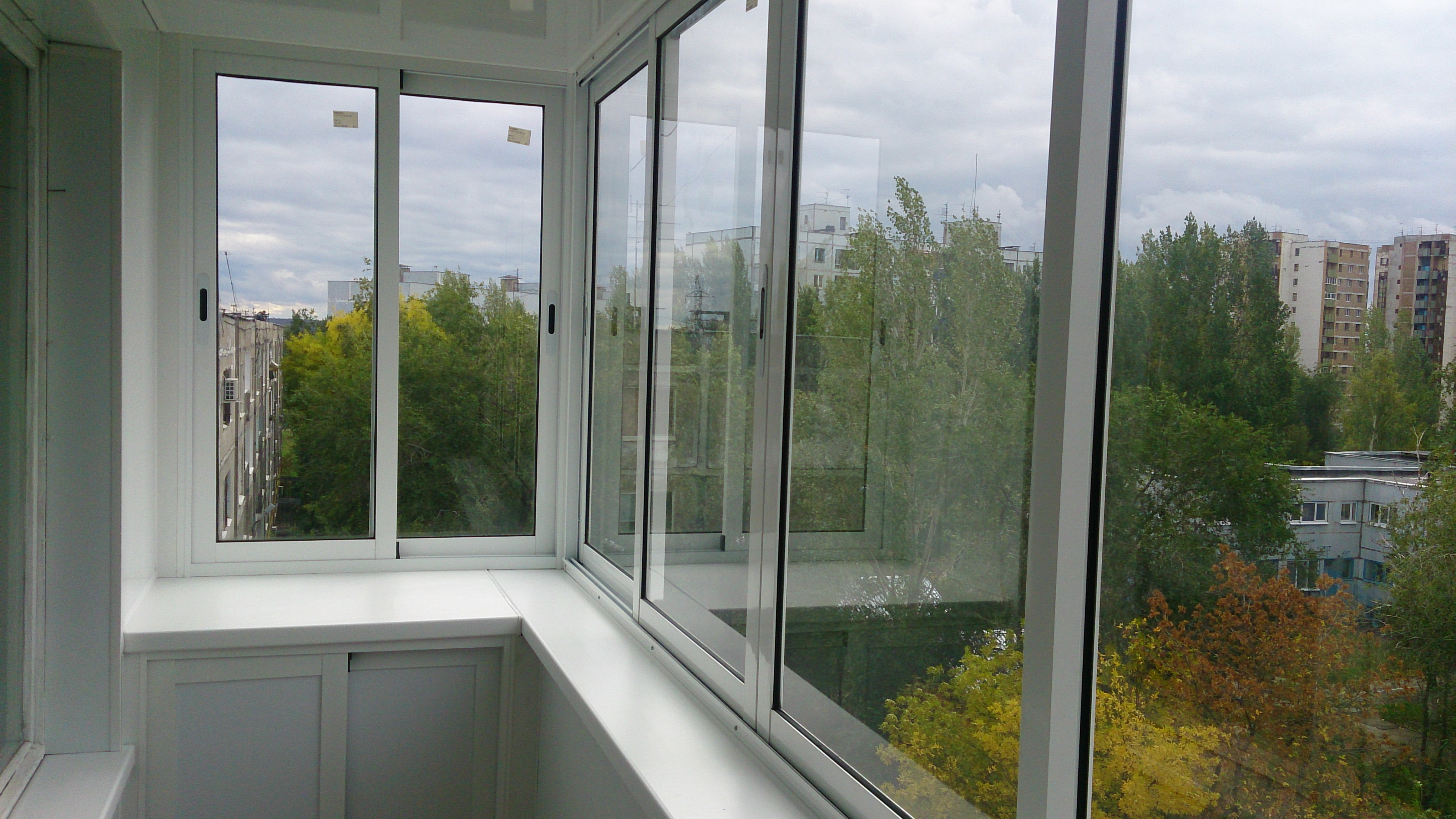 Различные варианты алюминиевого остекления балконов.