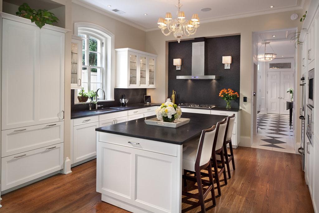 Чёрно-белая классическая кухня
