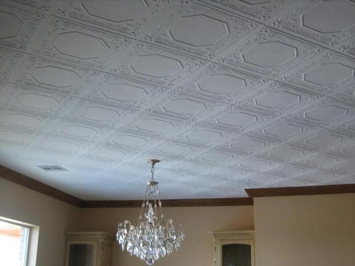 Оклеивание потолка плиткой