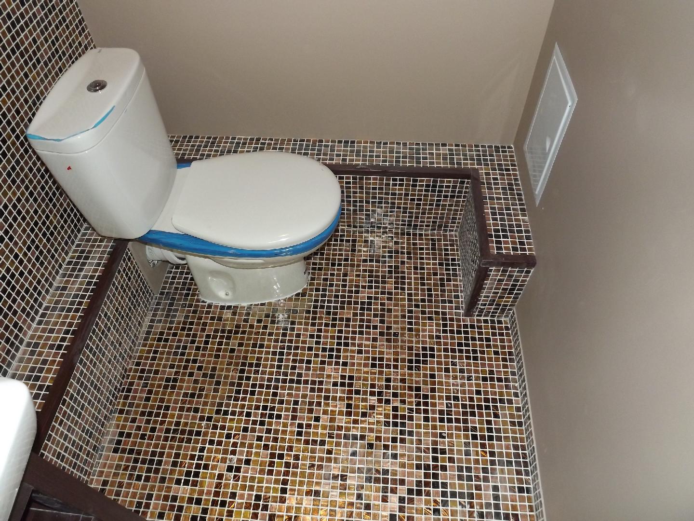 Отделка туалета мозаикой