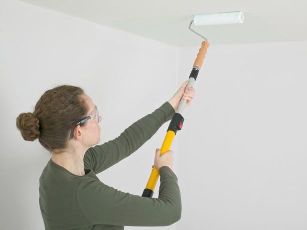 Побелка потолка в гостиной