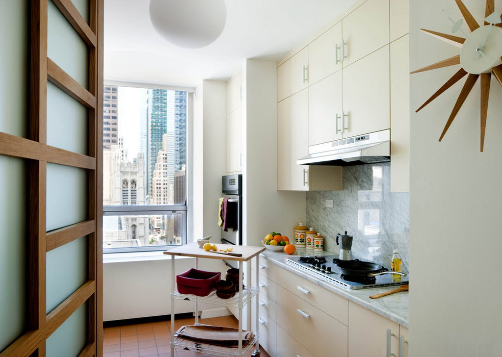 Светлый интерьер маленькой кухни