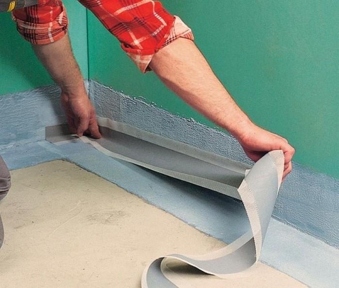 Нанесение обмазочной гидроизоляции ванной