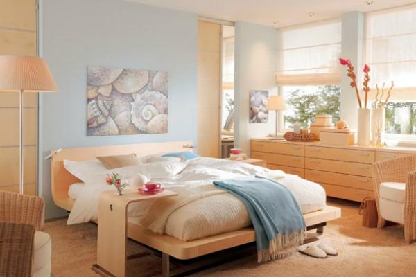 Небольшая светлая спальня