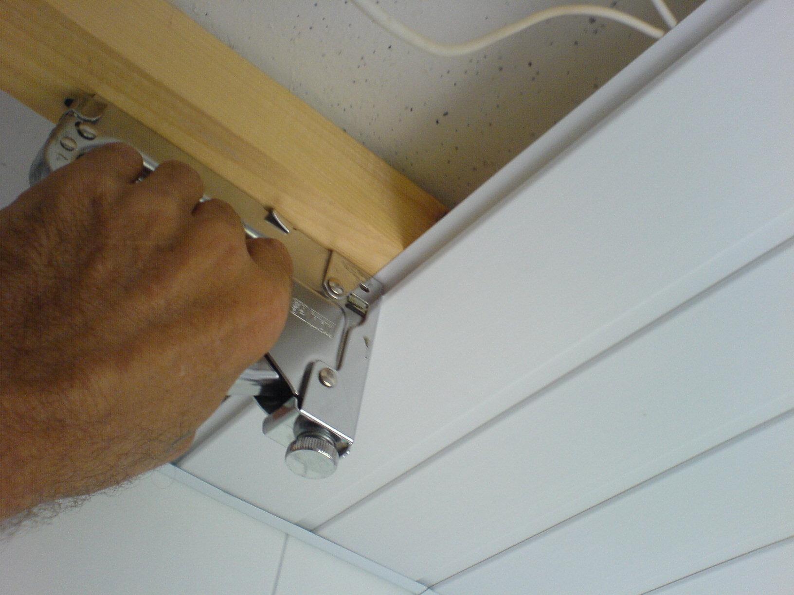 Процесс отделки ванной ПВХ панелями