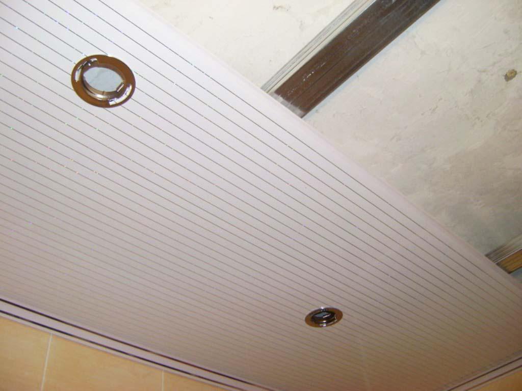 Отделка потолка ванной ПВХ панелями