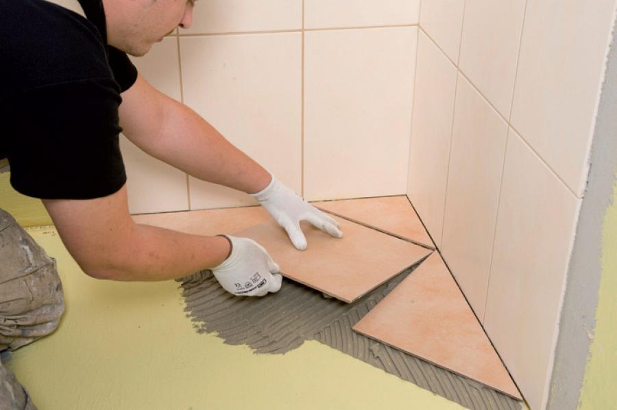 Подгонка нижнего ряда плитки к полу