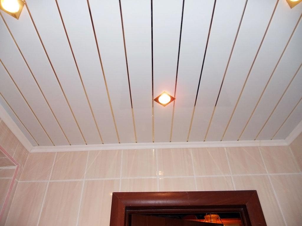 Реечный потолок в туалете