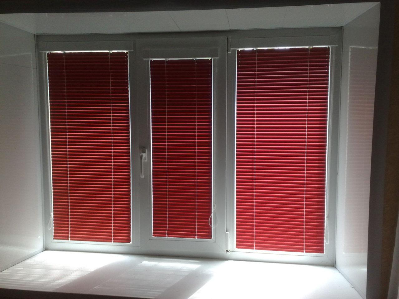 Горизонтальные жалюзи на окнах