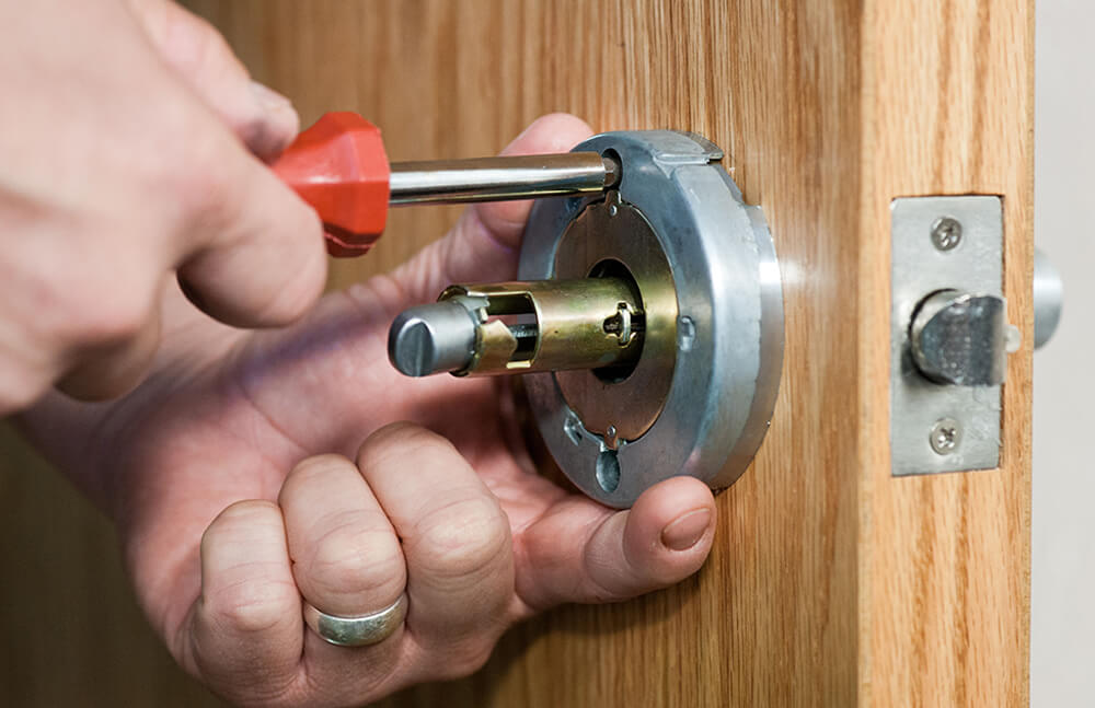 становка замка межкомнатной двери