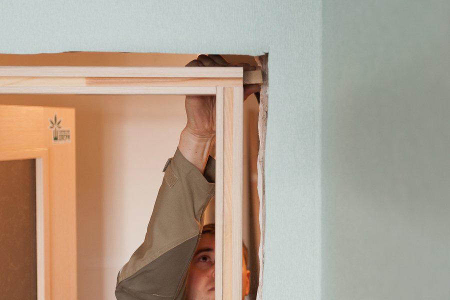 Установка межкомнатных дверей в квартире