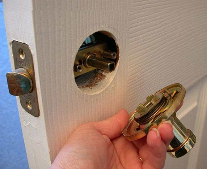 Установка замка межкомнатной двери