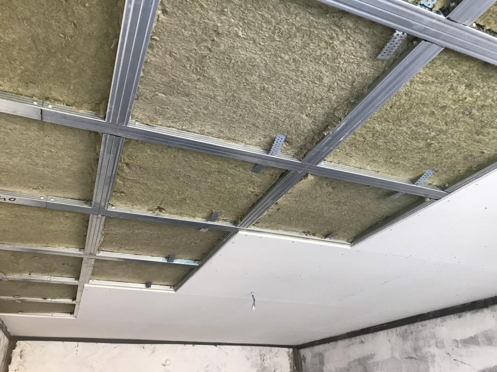 Потолки в квартире понизятся, в итоге, на 100-200 мм, а уровень шума снизится на 17 -23 дБ.