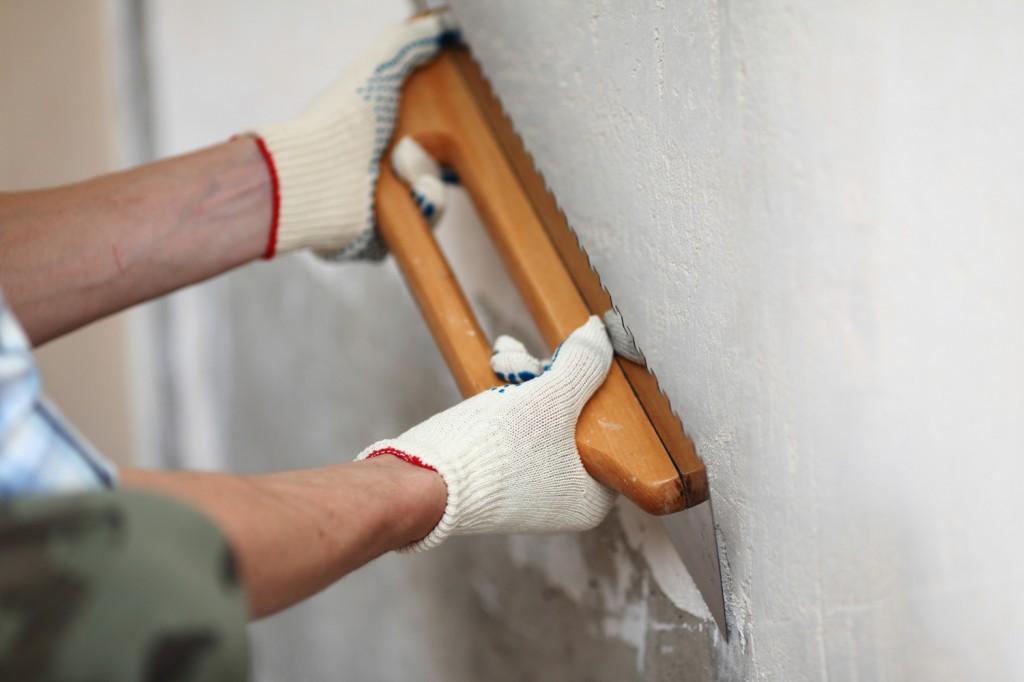 Нанесение стартовой шпаклевки на стену