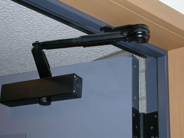Правильная установка доводчика на дверь