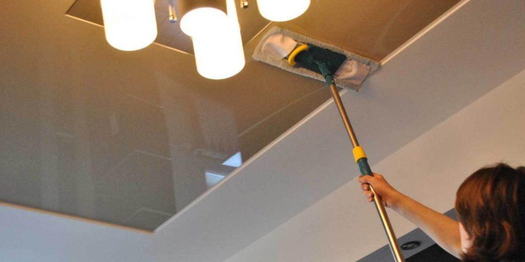 Этапы мытья натяжного потолка