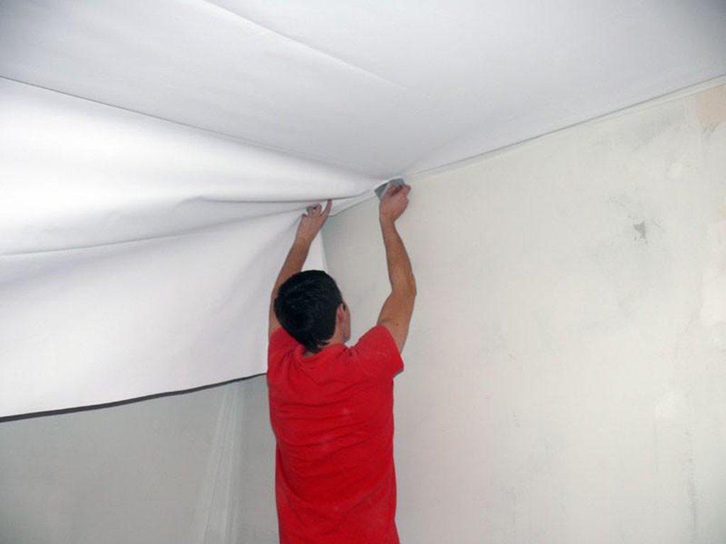 Наклеить обои или натяжной потолок что раньше