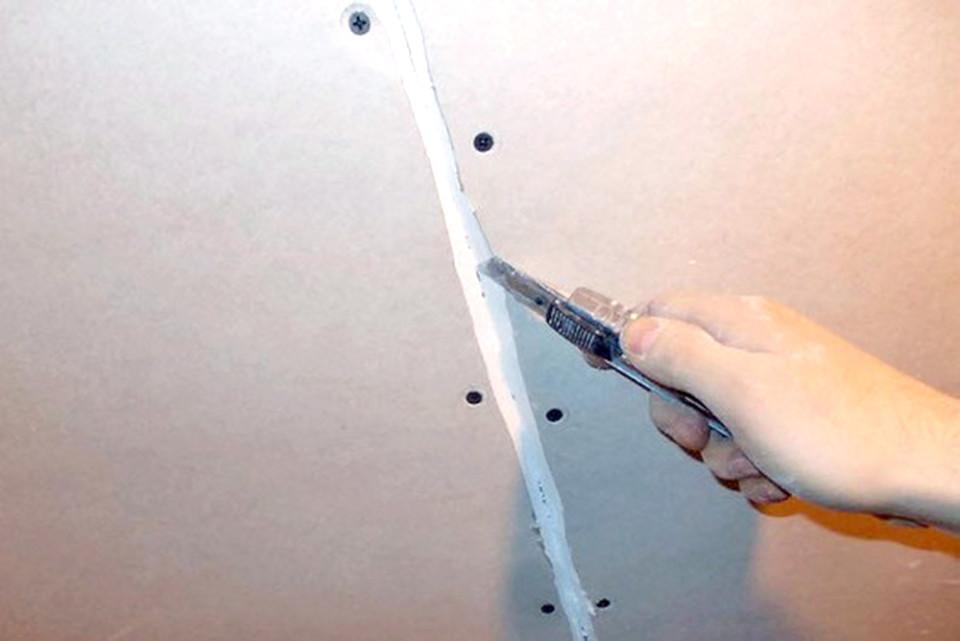 Подготовка швов потолка из гипсокартона к шпаклевке