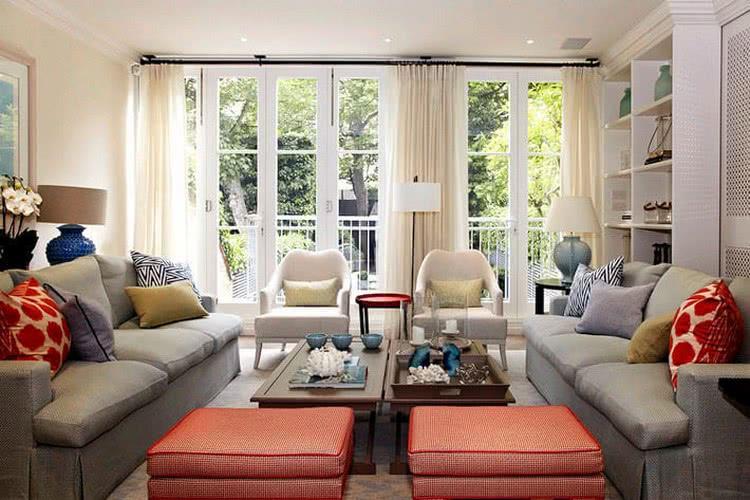 Симметричная расстановка мебели в гостиной
