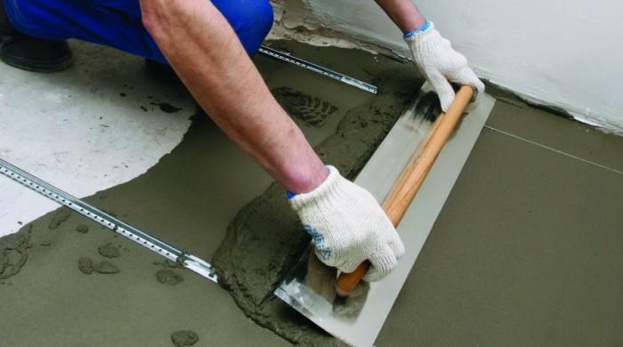 Выравнивание пола цементно-песчаной смесью