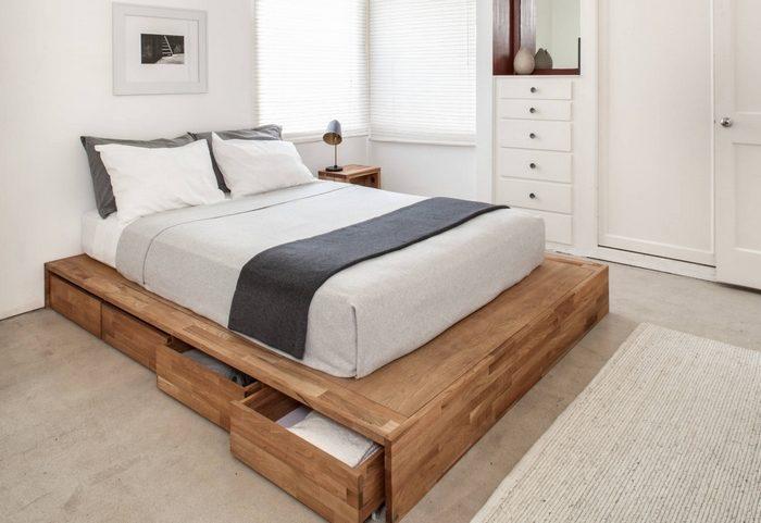 Кровать с ящиками в спальне