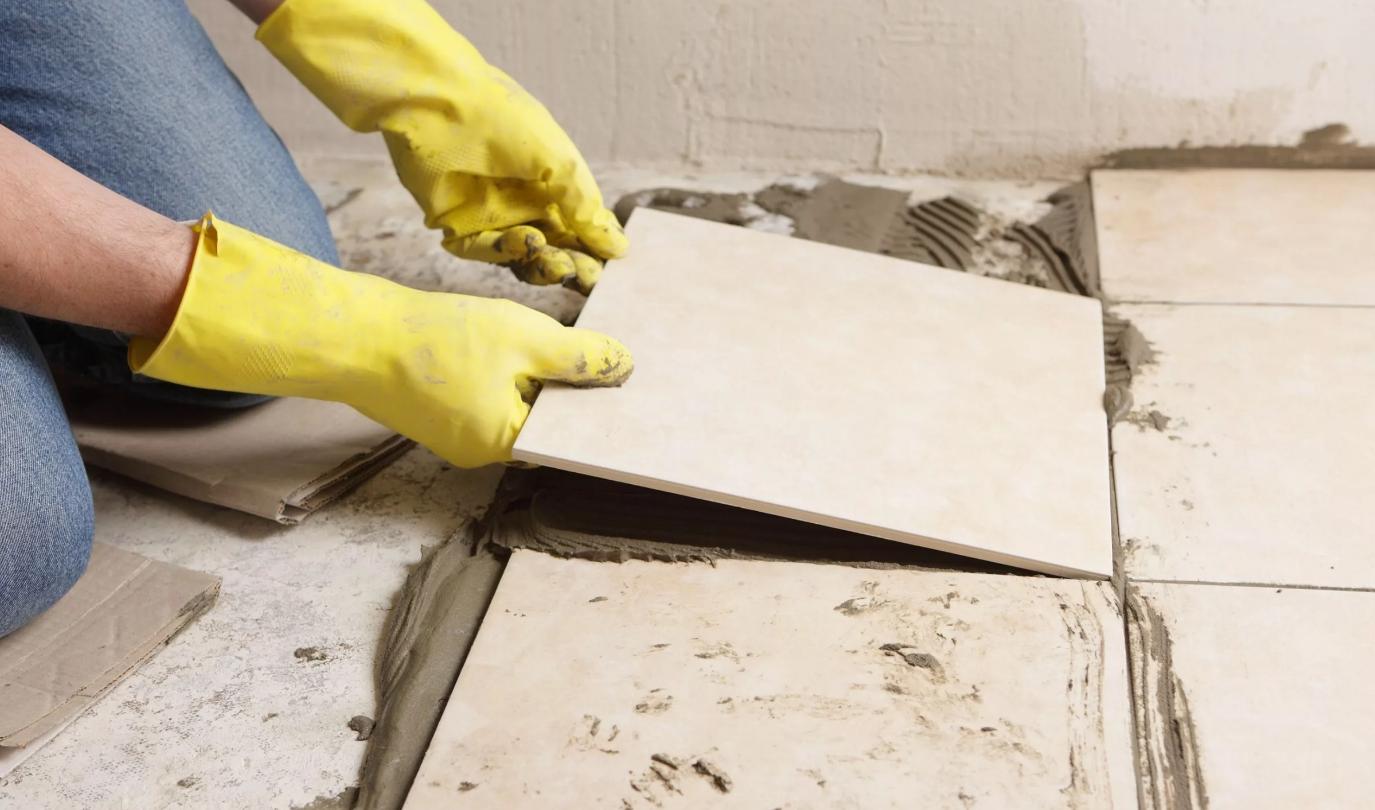 Процесс укладки плитки в ванной