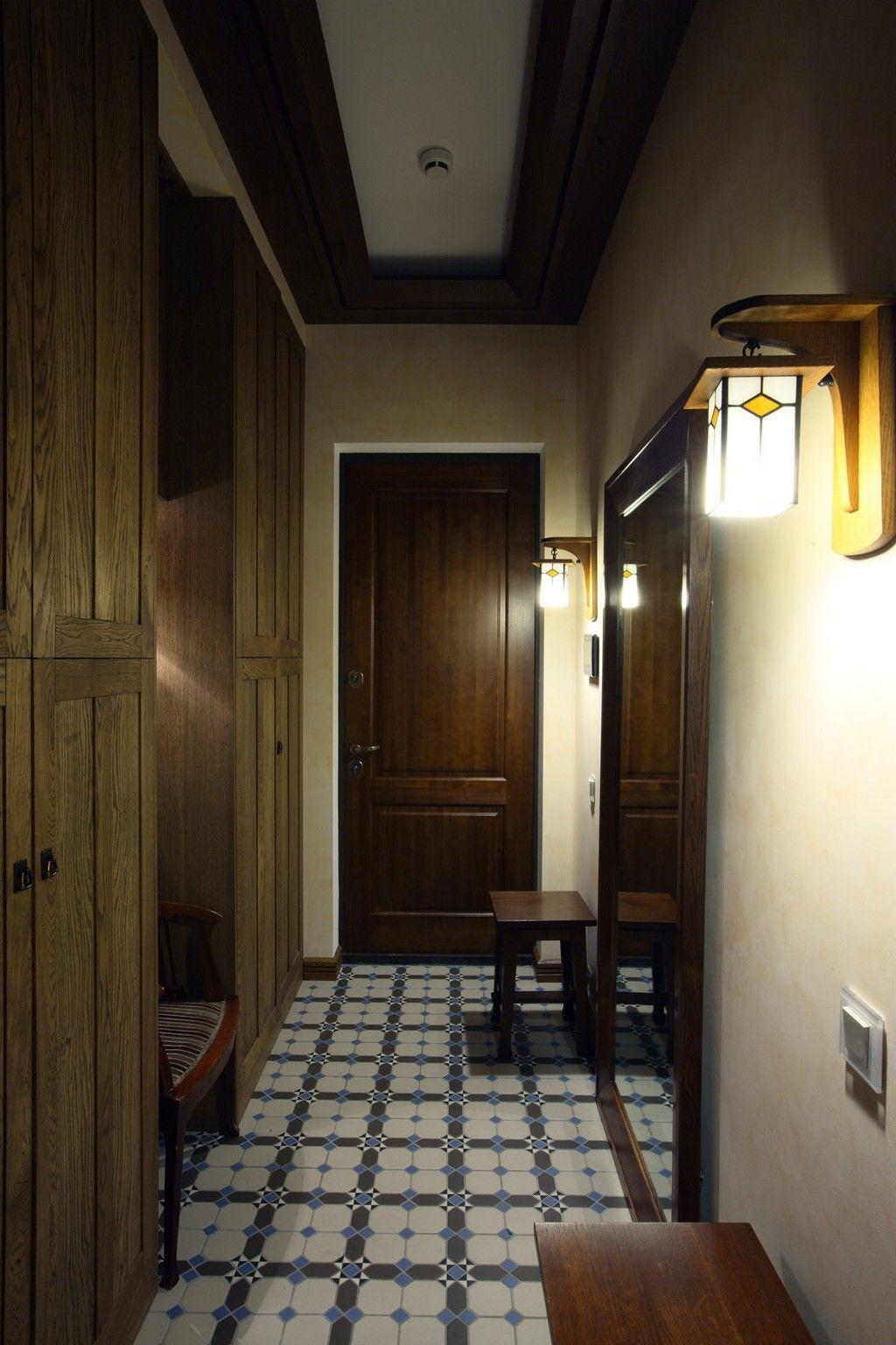 Плитка на полу в узком коридоре