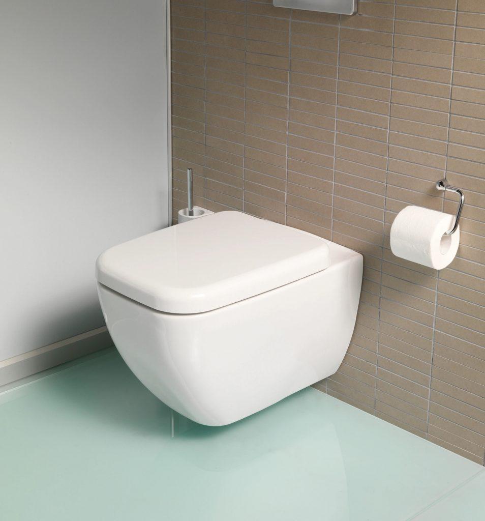 Подвесной унитаз в маленьком туалете