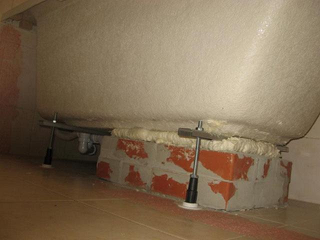 Установка акриловой ванны на кирпичи