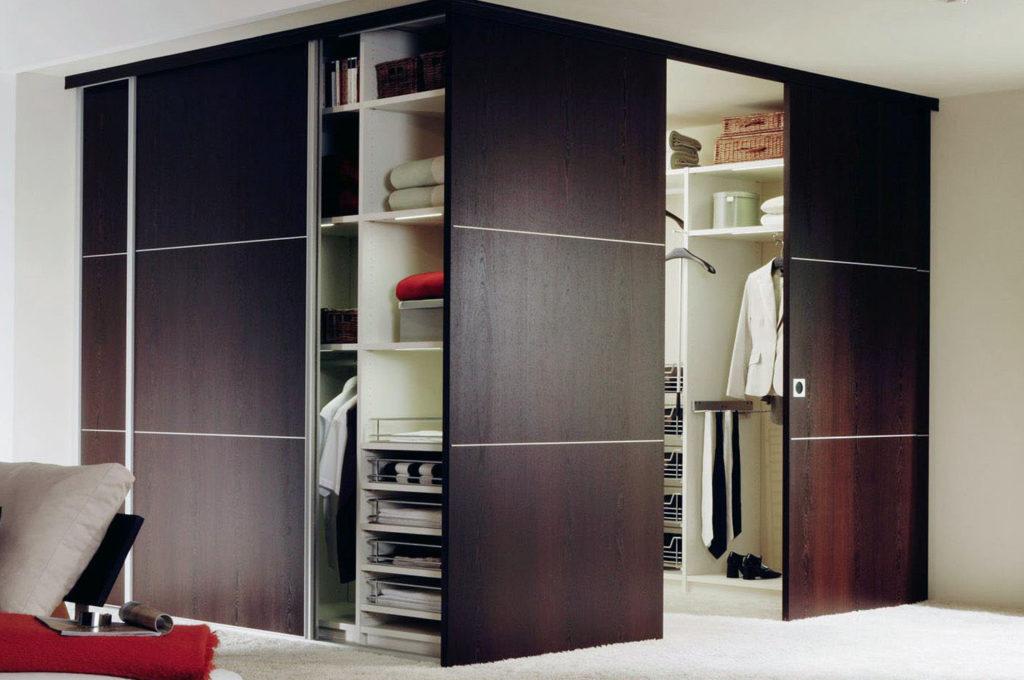 Деревянные двери в гардеробной