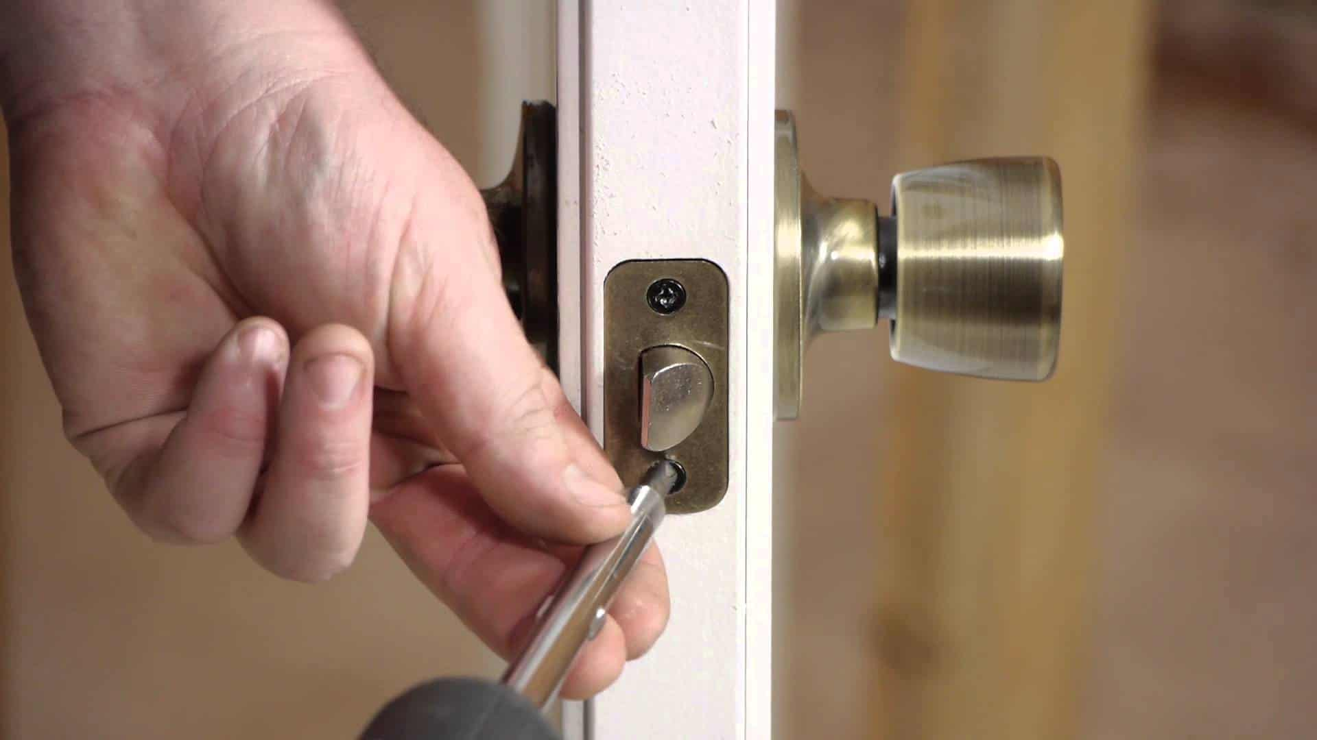 Установка замка на межкомнатную дверь