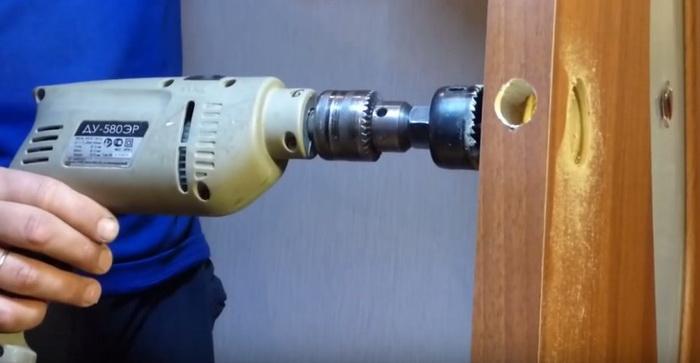 Высверливание отверстия для ручки в двери