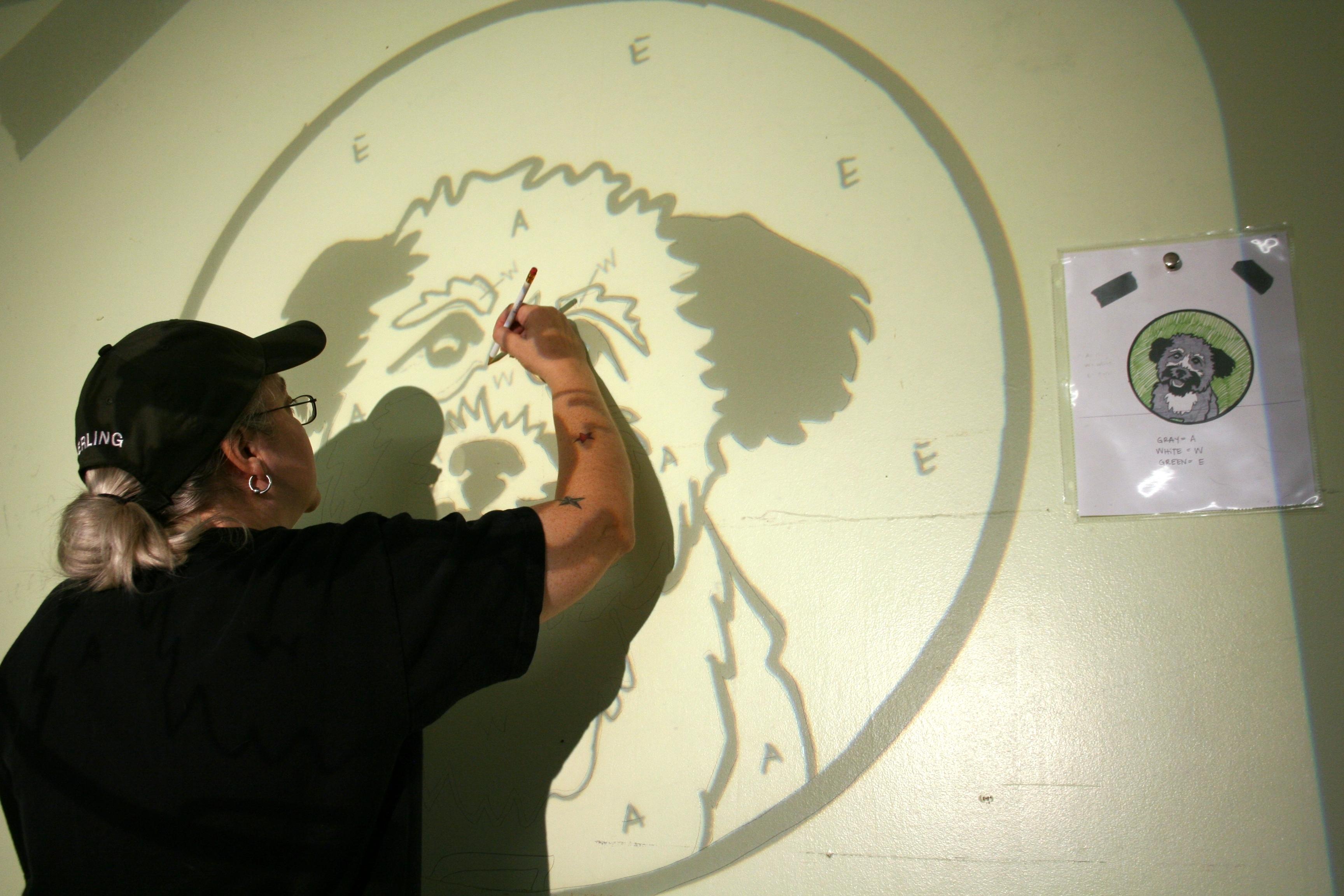 Нанесение рисунка на стену в комнате с помощью тени