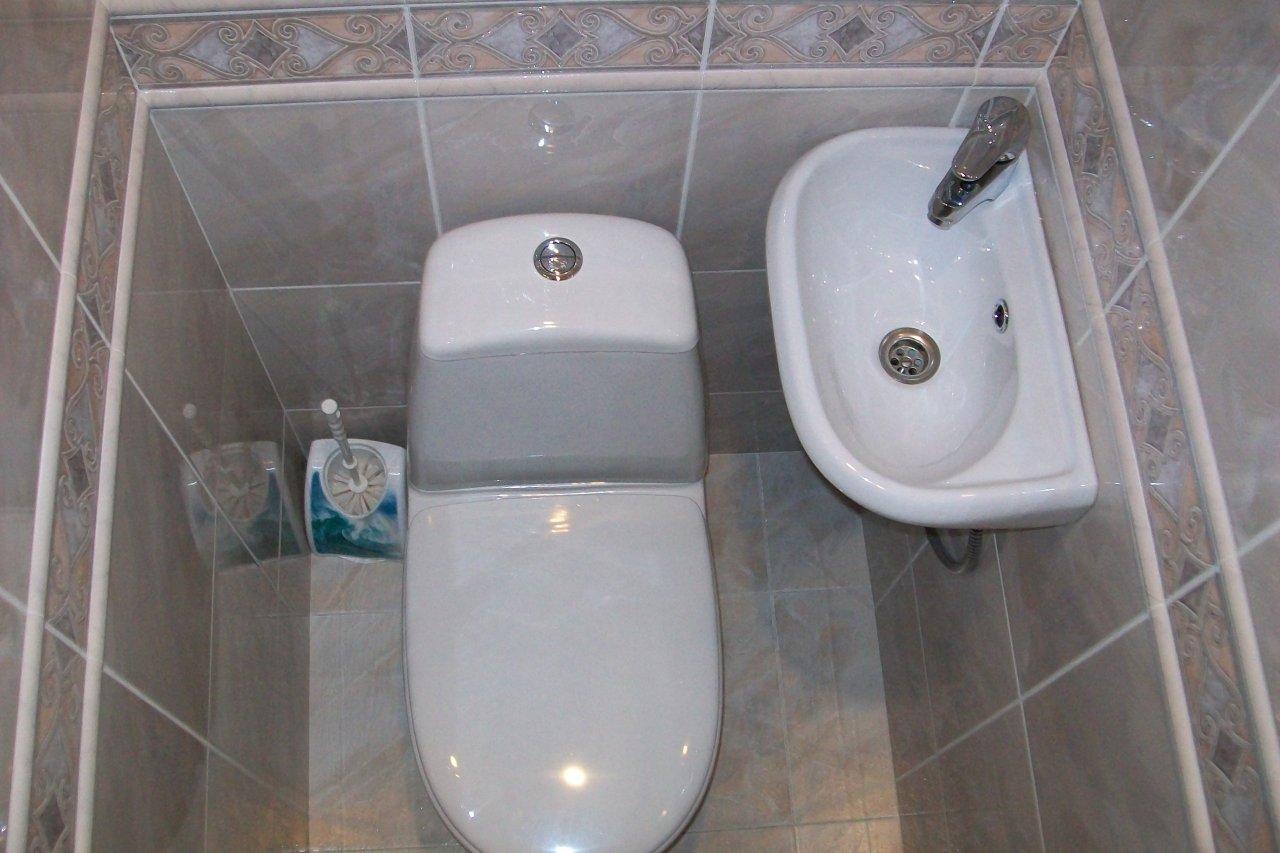 Раковина в маленьком туалете